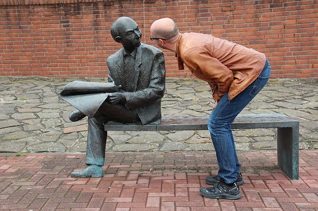 銅像を観察する人
