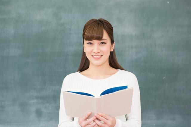 本を開く学生さん