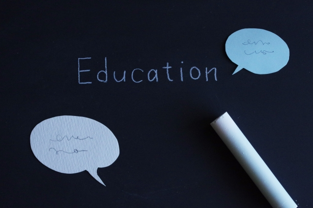 """黒板に書かれた""""Education""""の文字"""