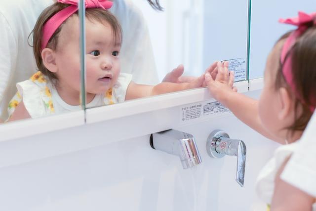 鏡に写る赤ちゃん