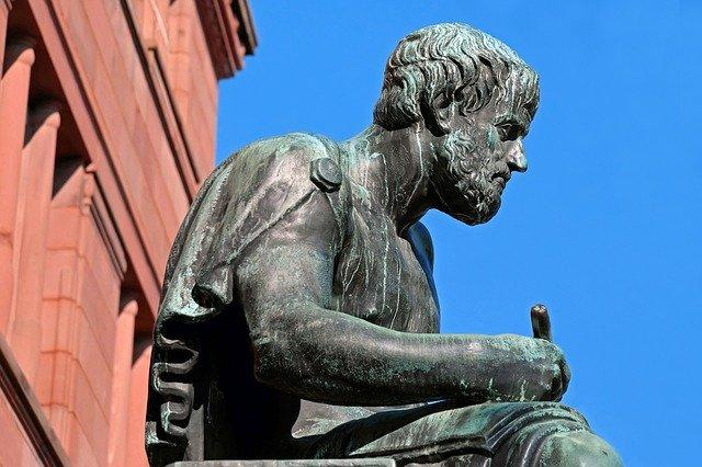 哲学者の像の写真