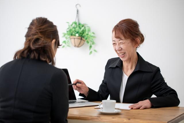 仕事をする中年女性
