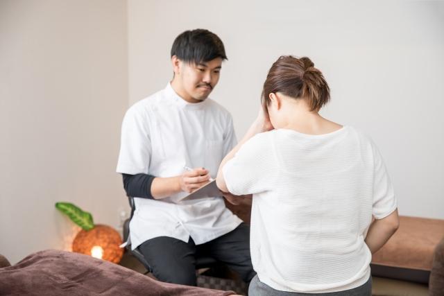 悩みを傾聴する男性看護師
