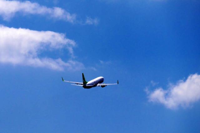 遠くへ飛び立つ飛行機