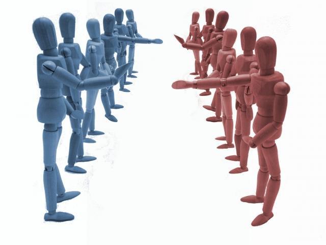 2つの集団に分かれて争う人たち