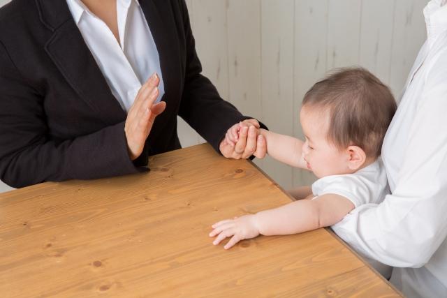 赤ちゃんとスーツの女性