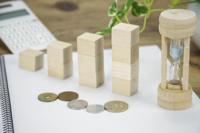 階段と砂時計と硬貨の写真(積立投資のイメージ)
